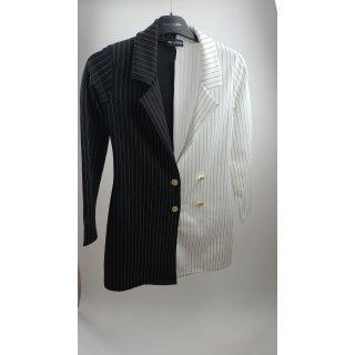 PrettyLittleThing – Gestreiftes Blazer-Kleid mit Kontrastdesign in Schwarz-Weiß